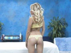 18-летняя блондинка решали наконец-таки отсосать на камеру
