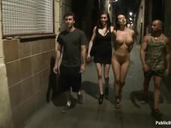 Две жопастые проститутки работают в паре, чтобы веселее было
