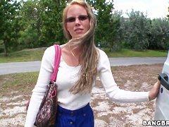 Два кочегара оттарабанили упитанную блондинку как только умели