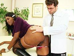 Черная телочка с подружкой сразу решили включить перца в дело