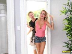 Распутная матушка позволяет новому мальчику пошалить