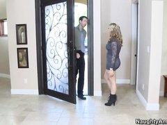 Девка с большими сиськам мастурбирует стоя у двери на протяжении пяти минут