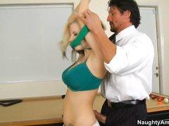 Молодая латина опытным массажистским рукам отдалась просто так
