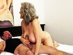Тетка с огромными сиськами вжигает похлеще худеньких сук