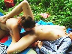 Эвей Кристал сексуально раздевается, показывая свои прелести