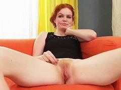 Грудастую Ангелину нигер имеет на диване